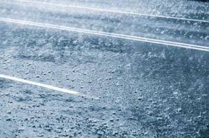 Starker Regen wird immer häufiger. Hierfür ist die Kanalisation nicht ausgelegt.  Die Folge: Rückstau. - Bild: ©iStockphoto.com